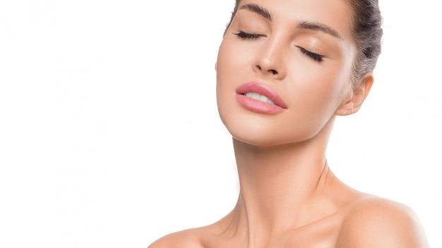 Женский портрет с закрытыми глазами красота и концепция ухода за кожей Premium Фотографии