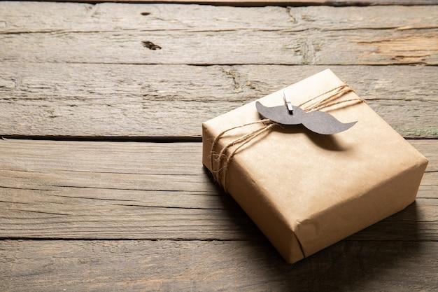 Счастливый день отца концепции. подарок на деревянном фоне. место для текста Premium Фотографии