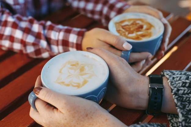 Девушка руки с веснушками, держа чашку кофе Premium Фотографии