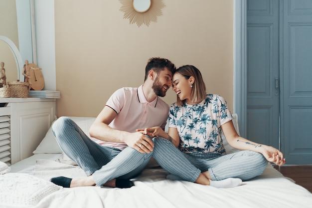ベッドの上の愛のカップル Premium写真