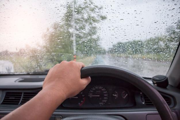 雨の日に運転する Premium写真