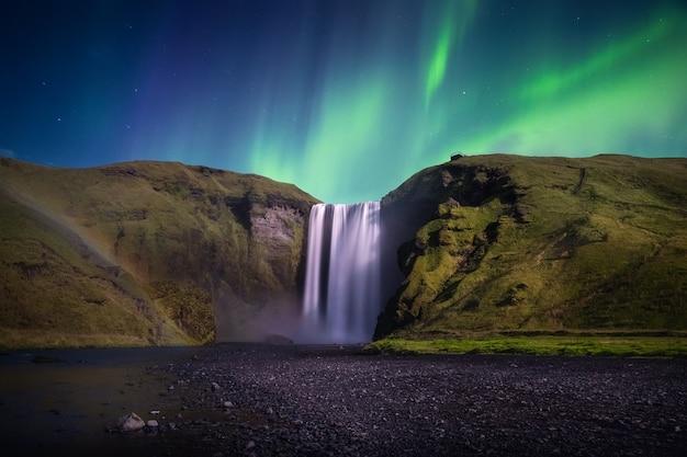 スコガフォスのオーロラ。アイスランドのオーロラ。 Premium写真