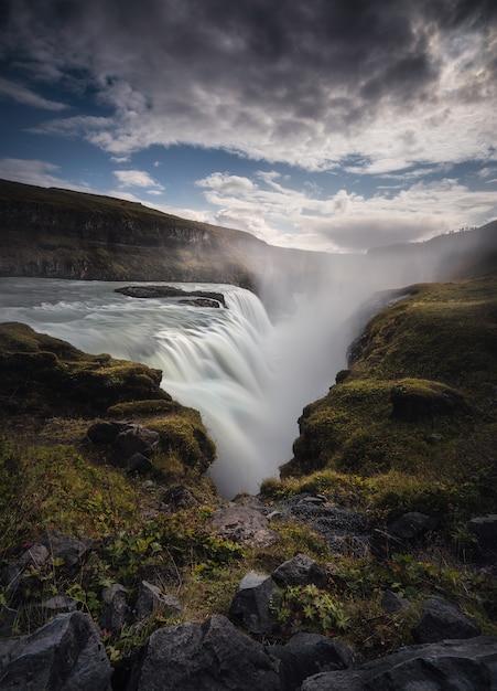 グトルフォスの滝、素晴らしい自然、アイスランドの夏の風景。 Premium写真