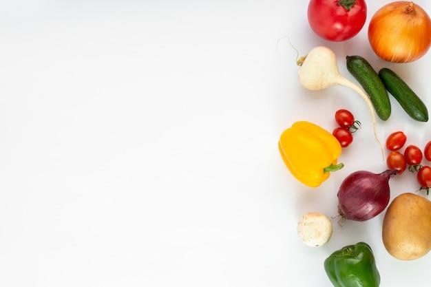 着色された野菜は、白い背景の上熟した新鮮な 無料写真