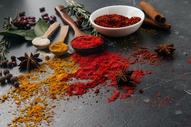 Вид сверху. индийская кухня приправа. приправы из свежих и сушеных трав в мисках. свободное место для копирования Premium Фотографии