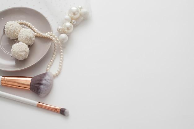 真珠の宝石で飾られた結婚式の組成の上面図。花嫁のコンセプトの朝。 Premium写真