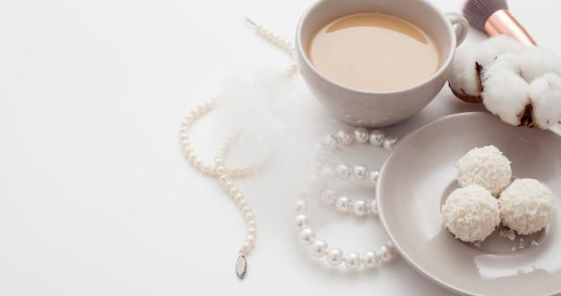 結婚式の背景、装飾された綿の花、真珠のヘアピン、コピースペース。コンセプトウェディングフラットが横たわっていた。 Premium写真