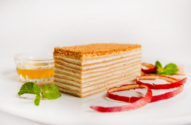 Вкусный торт с фруктами. ресторан. светлый Premium Фотографии