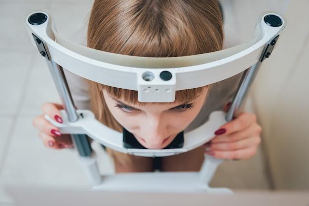 Консультация офтальмолога. глазное обследование в поликлинике. Premium Фотографии