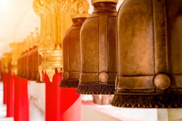 Символы буддизма. колокола. юго-восточная азия. детали буддийского виска в таиланде. Premium Фотографии