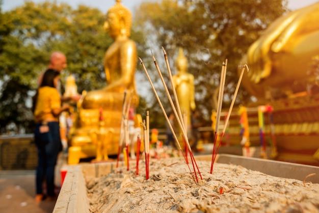 Символы буддизма. горящие ароматические палочки. юго-восточная азия. детали буддийского виска в таиланде. Premium Фотографии