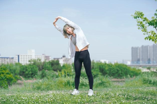 屋外で運動アジアの若い女性 Premium写真