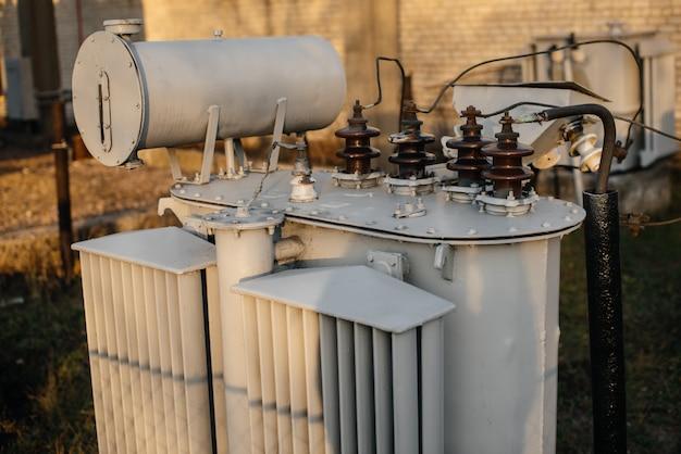 変電所の電源トランス。パワー工学。業界 Premium写真