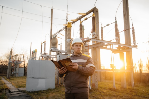 エネルギーエンジニアは、変電所の機器を検査します。パワー工学。業界 Premium写真