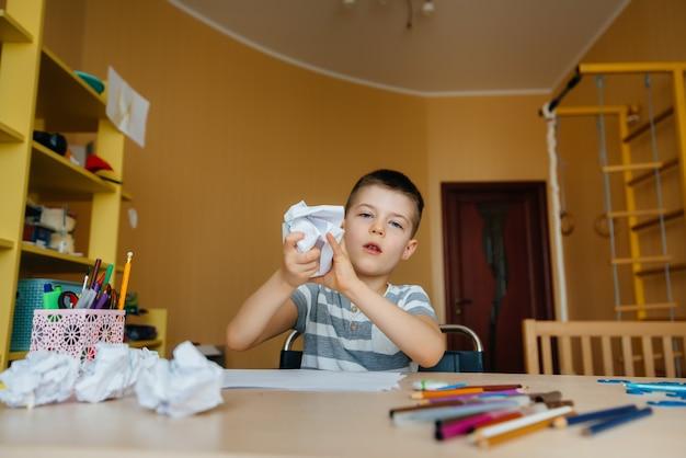 Мальчик школьного возраста делает домашнее задание дома. обучение в школе. Premium Фотографии
