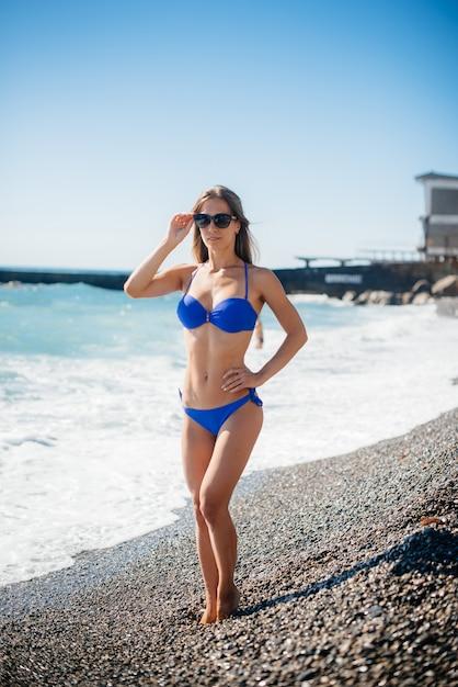 晴れた日に若いセクシーな女の子が海で休んでいます。レクリエーション、観光。 Premium写真