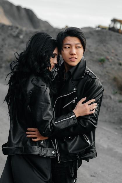 女と男の屋外で黒い服を着て。アジア。 Premium写真