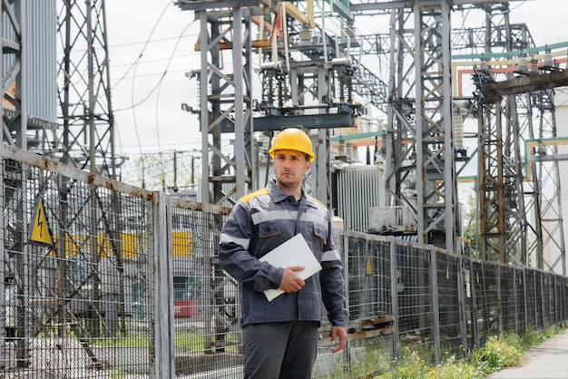 エネルギーエンジニアは、変電所の機器を検査します。パワー工学。業界。 Premium写真