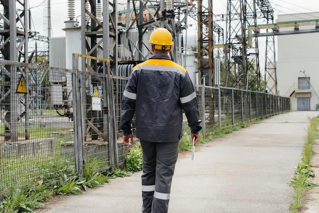 エンジニアの従業員が、最新の変電所の見学と検査を行います。 Premium写真