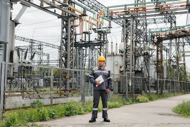 エネルギーエンジニアは、変電所の機器を検査します。 Premium写真