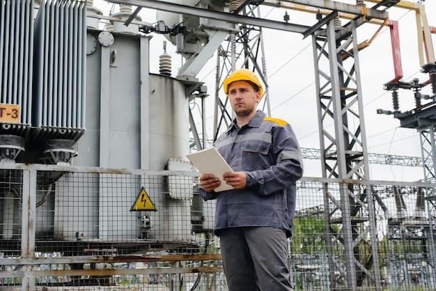 エネルギーエンジニアが変電所の設備を検査 Premium写真