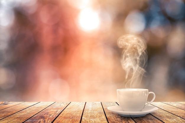 Горячий кофе на столе на зимнем фоне Premium Фотографии