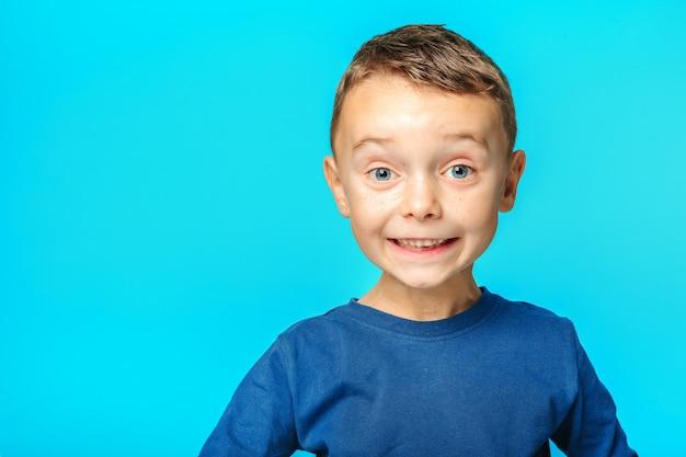 モデルの子供のポーズ Premium写真