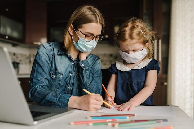Коронавируса. мама и дочь носить защитную маску в карантине. Premium Фотографии
