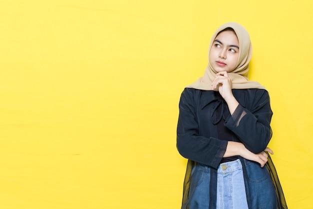 考えて美しいアジアの女性 Premium写真