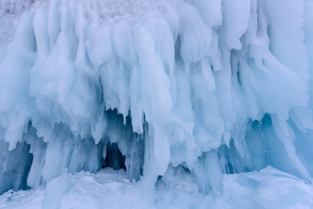 冬のバイカル湖の氷の壁につららの背景 Premium写真