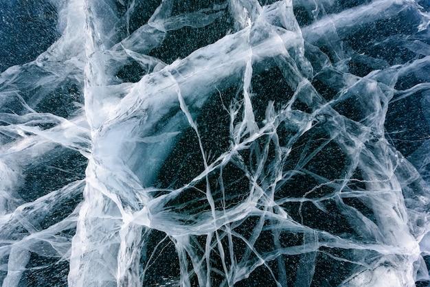 抽象的な亀裂のあるバイカル湖の美しい氷 Premium写真