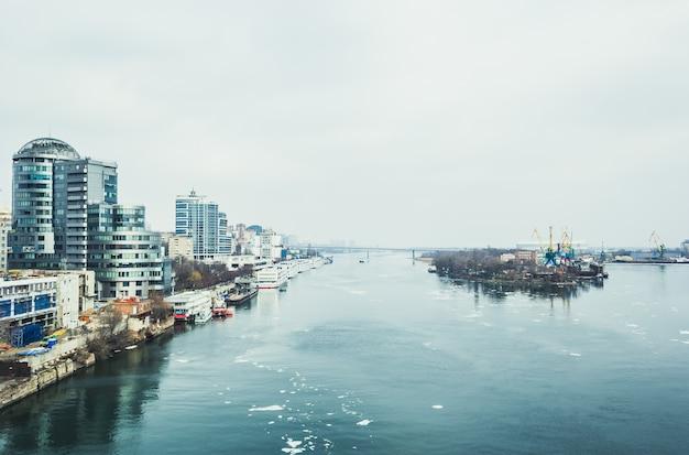Река дон и вид на центр города Premium Фотографии