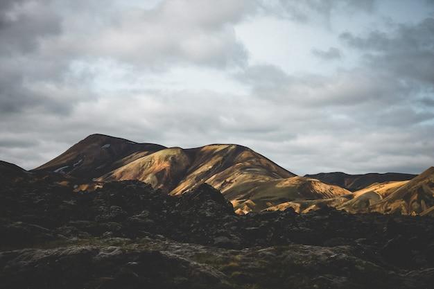 Красивый широкий снимок гор под ясным голубым небом Бесплатные Фотографии