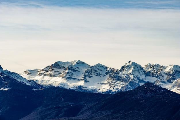 Дальний выстрел из ледниковых гор в солнечный день Бесплатные Фотографии