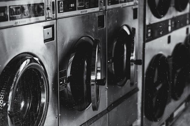 ドアが開いている洗濯機のグレースケールショット 無料写真