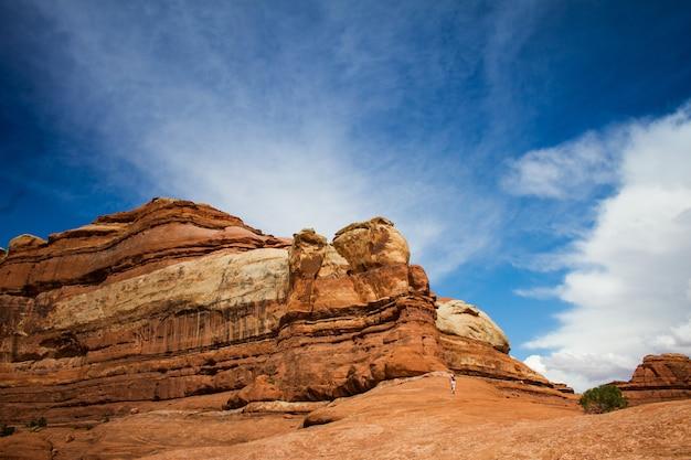 曇り空の下で捨てられた崖に向かって走っている人の美しいショット 無料写真