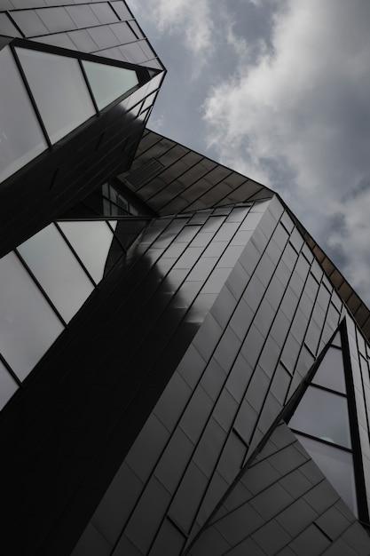 モダンな建物のローアングルショット 無料写真