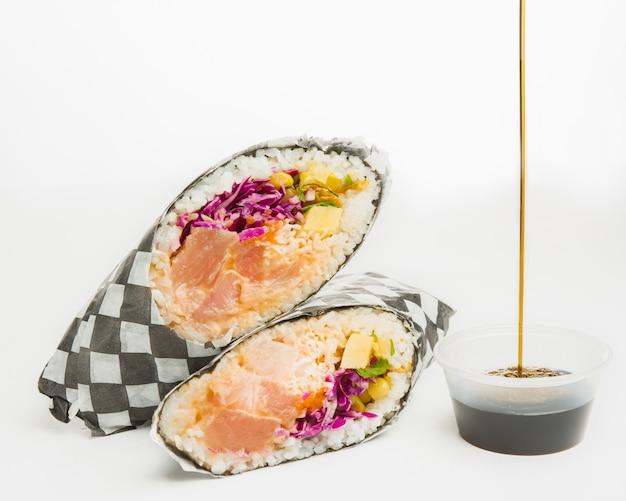 Крупным планом калифорнийский ролл с фиолетовой капустой, лососем, кукурузой и нарезанными овощами Бесплатные Фотографии