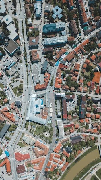 冬の昼間で美しい都市建築の空中ドローンショット 無料写真