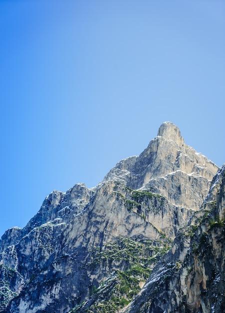 澄んだ青い空と大きな岩山の美しいショット 無料写真