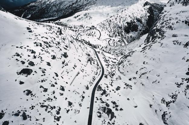 白い雪原の美しい空中ショット 無料写真