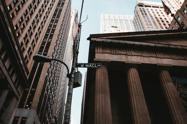 Низкий угол выстрела уолл-стрит в нью-йорке Бесплатные Фотографии