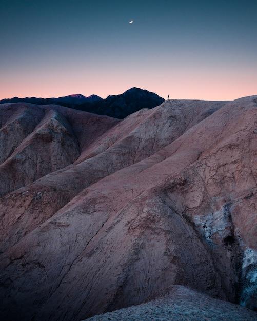 素晴らしい息をのむような星空と美しいロッキー山脈と丘 無料写真