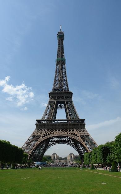 パリ、フランスの昼間で有名なアイフェルタワーのローアングルショット 無料写真