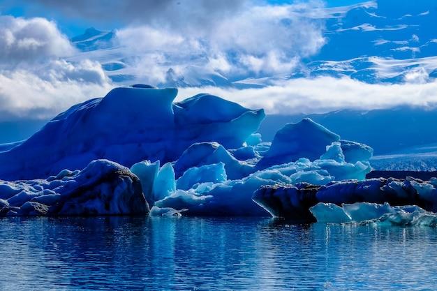 曇り空の下で水の中の氷河の美しいショット 無料写真