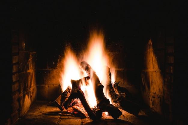 室内の炎のような暖炉のユニークなショット 無料写真
