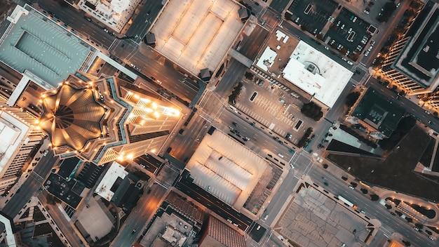 都市の高層ビルと近代建築のオーバーヘッド空中ショット 無料写真