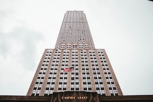 米国、ニューヨークのエンパイアステートビルディングのローアングルショット 無料写真
