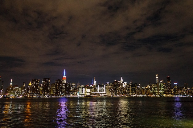 マンハッタン夜の遠くから川の反射で撮影 無料写真