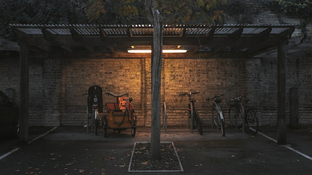 小屋の下に駐車中の自転車のワイドショット 無料写真